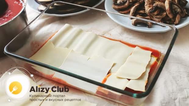 Для приготовления овощной лазаньи положите слой теста.