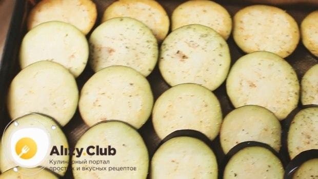 Для приготовления овощной лазаньи нарежьте баклажаны.