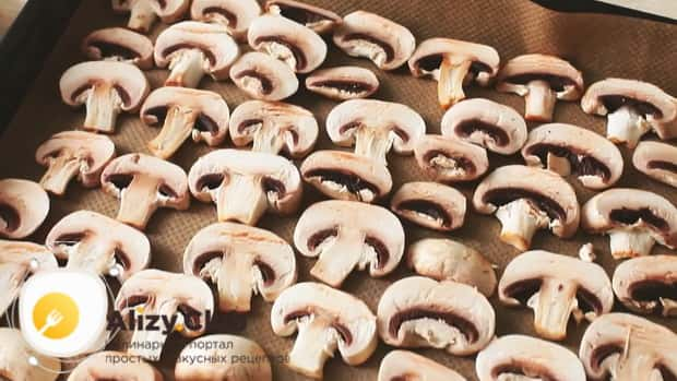 Для приготовления овощной лазаньи нарежьте нарежьте грибы.