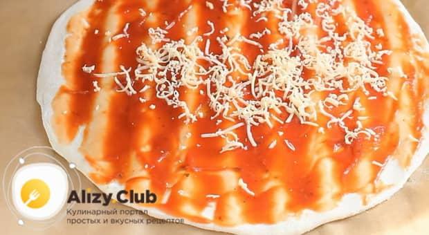 Для приготовления овощной пиццы с кабачком, натрите сыр.