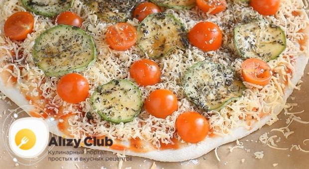 Для приготовления овощной пиццы с кабачком,  выложите на тестот начинку.