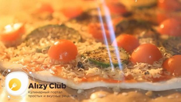 Для приготовления овощной пиццы с кабачком, разогрейте духовку.