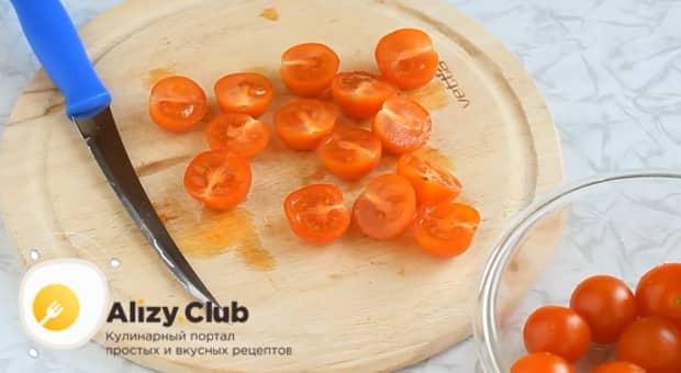 Для приготовления овощной пиццы с кабачком, нарежьте помидоры.
