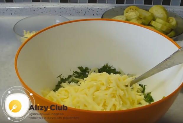 Добавляем также творожный и твердый сыр в нашу заливку.