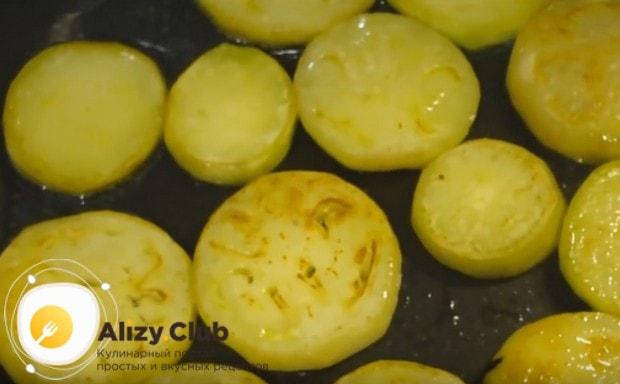 на сковороде с растительным маслом обжариваем баклажаны до золотистой корочки.