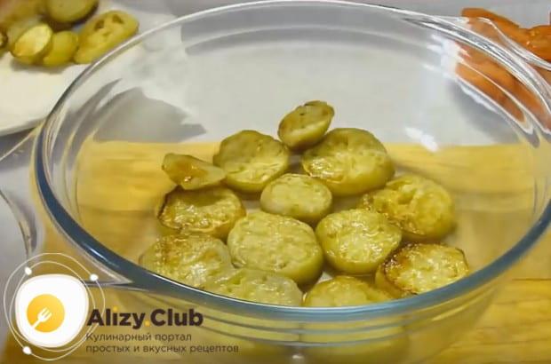 первым слоем закпеканки из овощей, которую будем готовить в духовке, делаем баклажаны.