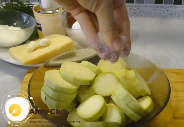 Нарезаем баклажаны кружочками, складываем в миску и солим.