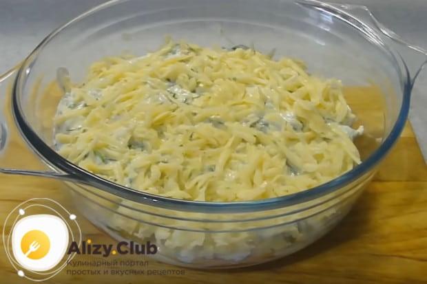 Овощная запеканка будет вкуснее с сыром.