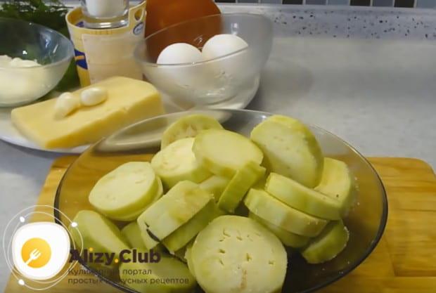 Перемешиваем овощи с солью и оставляем.