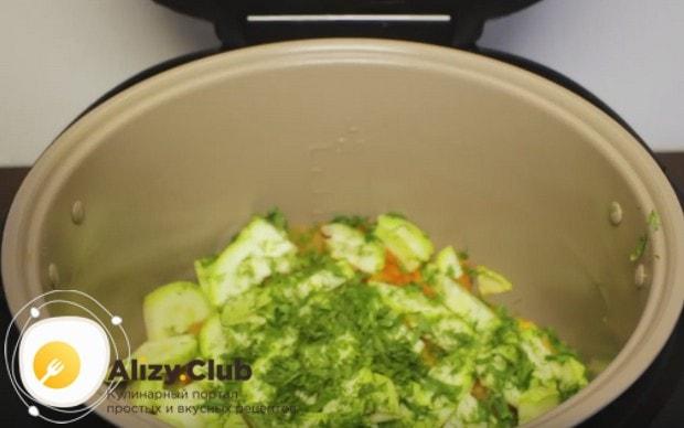 Протушенные овощи посыпаем зеленью.
