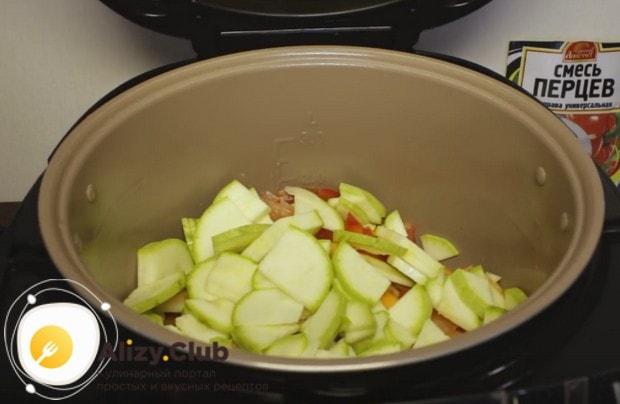 Выкладываем сразу все овощи в мультиварку.