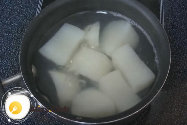 Чистим, режем крупными кусками картофель и отвариваем его до готовности.