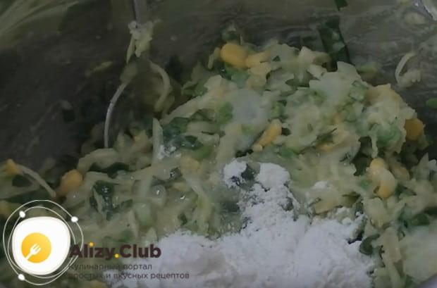 Тщательно перемешиваем ингредиенты, добавляем яйцо, муку и снова перемешиваем.