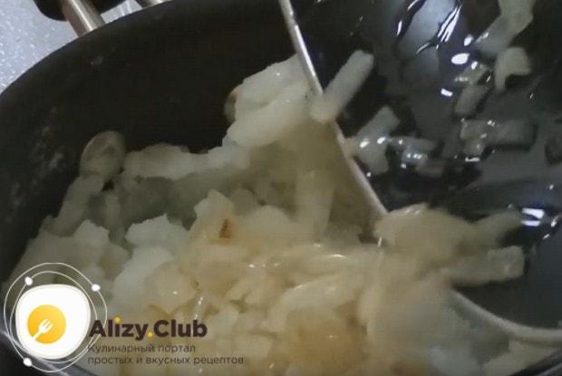 Добавляем обжаренный лук к картофелю.