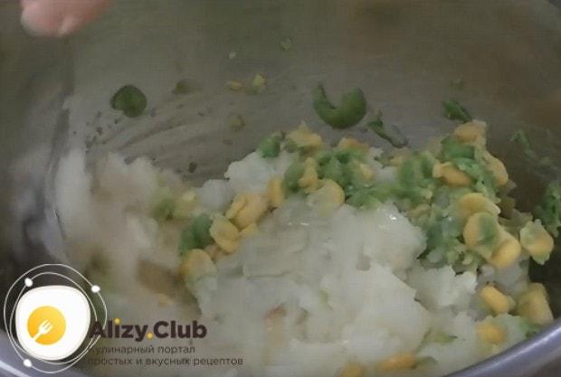 Добавляем горошек и кукурузу к картофельной массе.