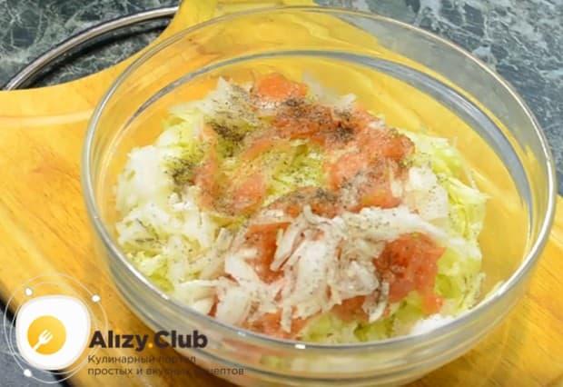 Смешиваем все подготовленные компоненты в миске, солим и перчим по вкусу.