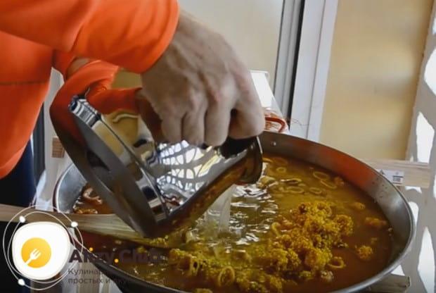 Заливаем блюдо на сковороде рыбным бульоном.