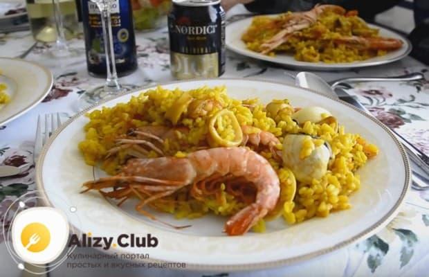 Традиционно паэлью, или плов с морепродуктами, едят прямо со сковороды, но можно разложить ее и на отдельные тарелки.