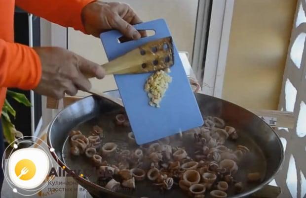 Добавляем на сковороду измельченный чеснок.