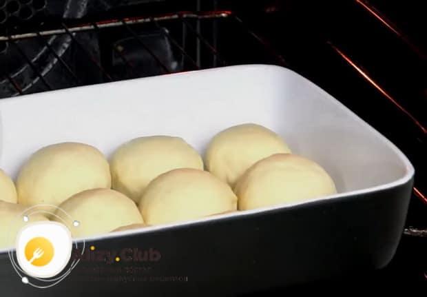 Для приготовления чесночных булочек к борщу разогрейте духовку.