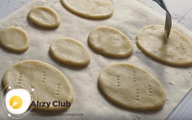 Чтобы изделия не потеряли форму при выпечке, делаем в них несколько проколов вилкой.