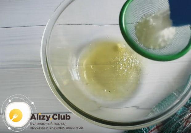 Для приготовления глазури соединяем белки с сахарной пудрой.