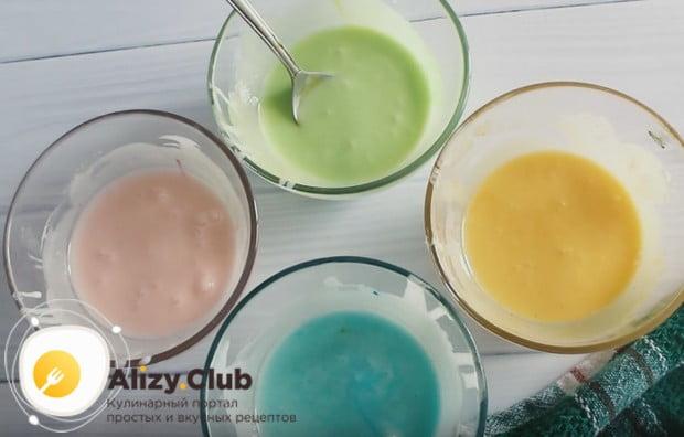 Делим глазурь на несколько частей и добавляем в них пищевые красители.