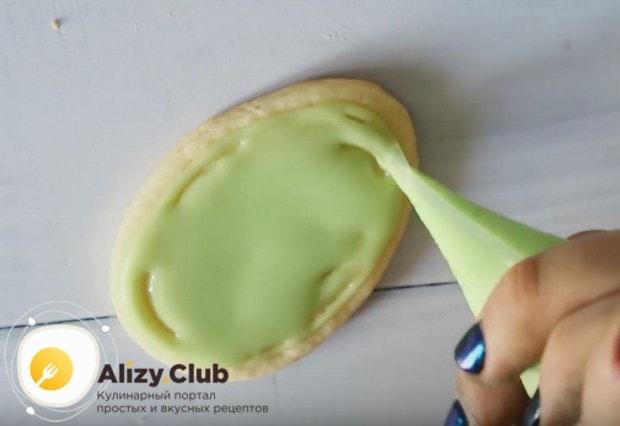Закрашиваем печенье сначала одним цветом.