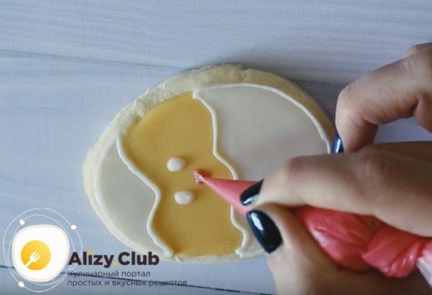 Придумываем узоры и украшаем наше печенье.
