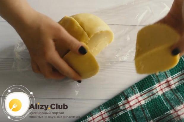 Когда тесто полежит в холодильнике, делим его на 4 части.