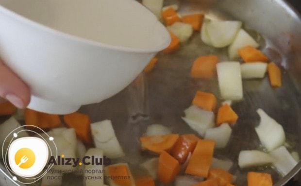 Кладем на сковородку нарезанные кусочками морковь и лук, добавляем воду.