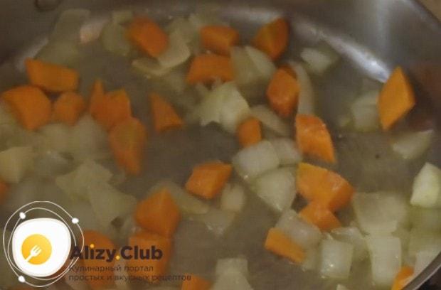 Соли овощи, перемешиваем и тушим дальше под крышкой.