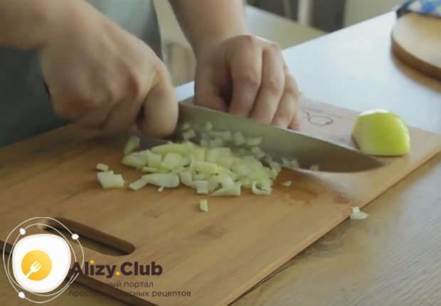 Чтобы приготовить спагетти карбонара по классическому итальянскому рецепту, сначала мелко нарезаем лук.