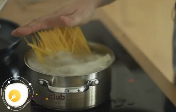Отвариваем до готовности спагетти.