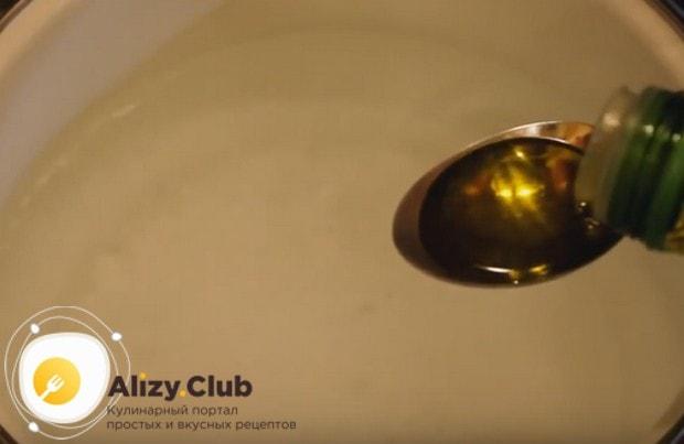 В кипящую воду добавляем соль, а также оливковое масло.