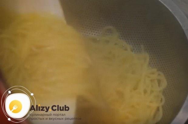 Спагетти откидываем на дуршлаг и даем стечь всей воде.