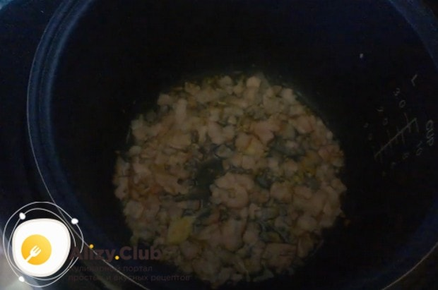 Теперь выкладываем нарезанный ломтиками бекон и жарим до румяности.
