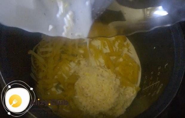 К бекону в мультиварке выкладываем спагетти и заливаем их соусом.