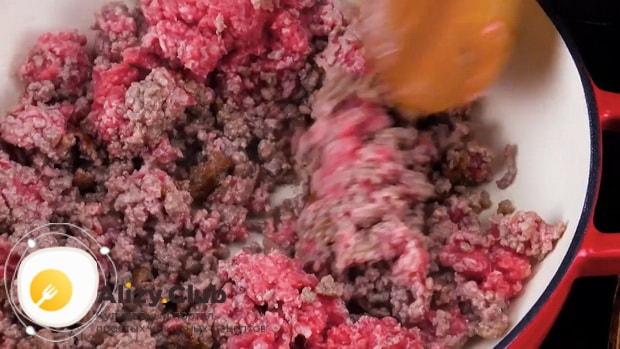 Для приготовления пастушьего пирога обжарьте фарш.