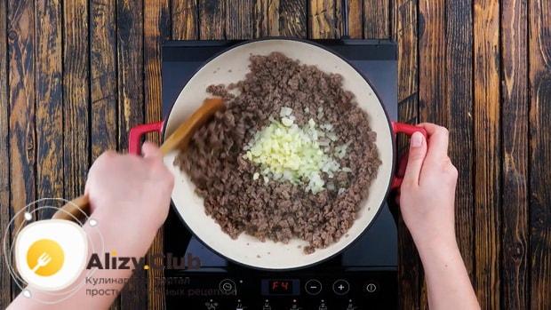 Для приготовления пастушьего пирога добавьте лук.