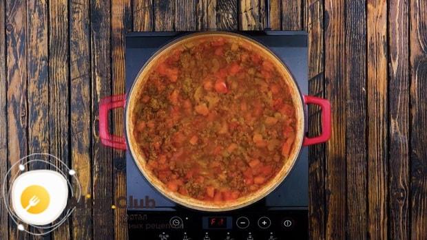 Для приготовления пастушьего пирога добавьте бульон.