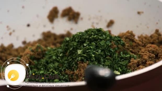 Для приготовления пастушьего пирога с печенью добавьте зелень.