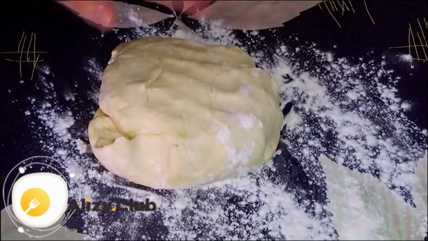 Для приготовления печенья минутка замесите тесто.
