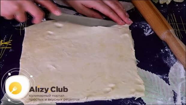 Для приготовления печенья минутка ровно разрежьте тесто.