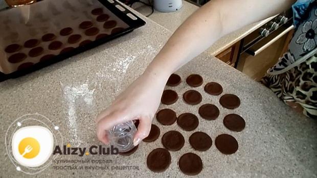 По рецепту для приготовления печенья орео, выложите заготовки на противень.