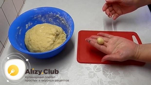 достаем тесто из холодильника и начинаем формировать из него маленькие шарики