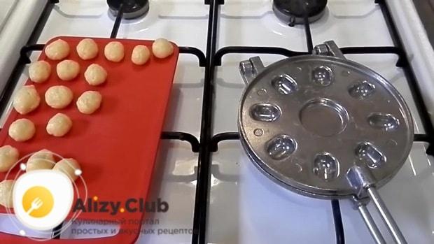 Выкладываем шарики в предварительно разогретую на плите орешницу