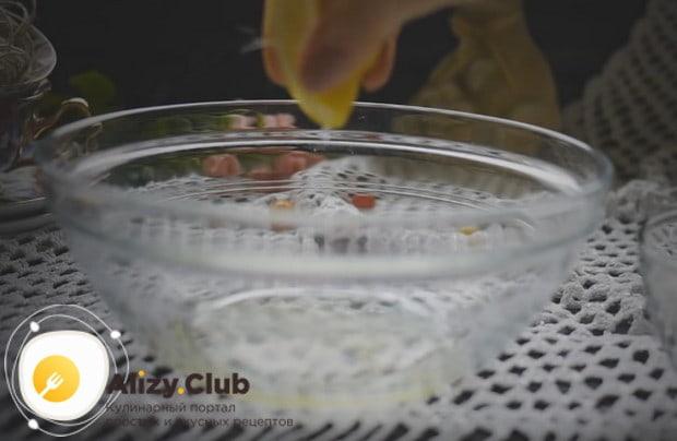 Для приготовления глазури добавляем в белки лимонный сок.