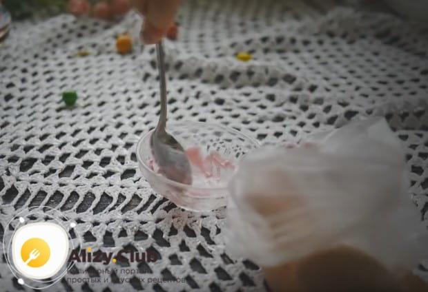 Переносим готовую глазурь в пакетики.