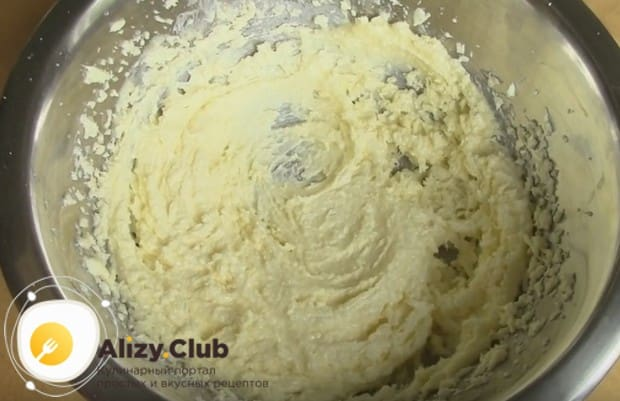 Для начала растираем маргарин или масло с сахаром.